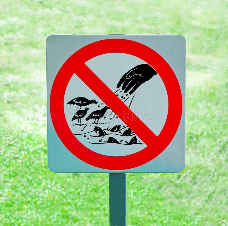 O sinal de nenhuns pássaro e peixes de alimentação fotografia de stock royalty free