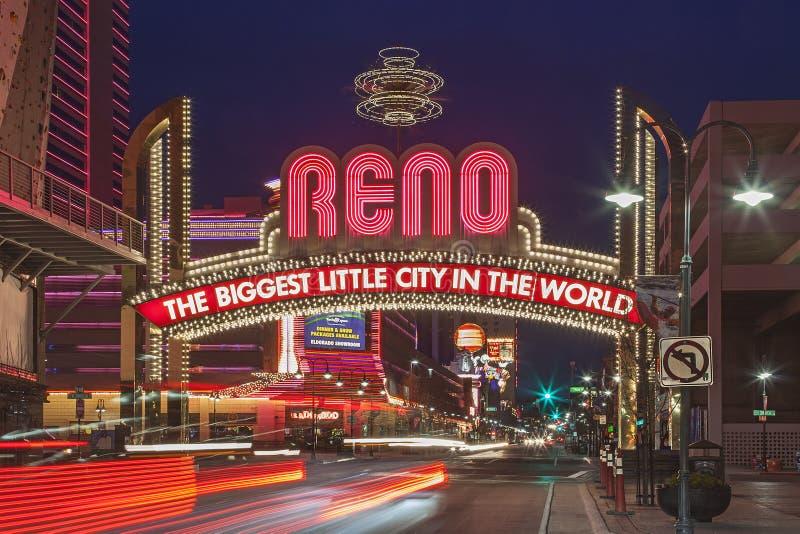 O sinal de Reno Arch na noite, Nevada imagem de stock royalty free