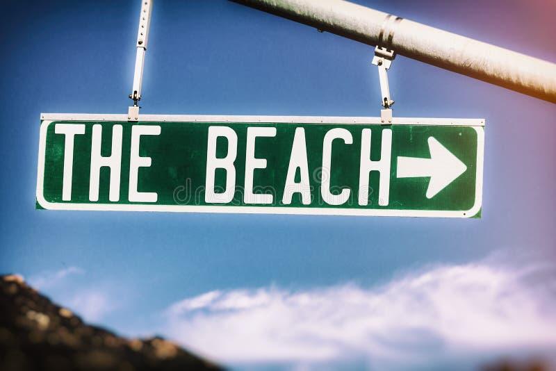 O sinal de rua do vintage da praia fotos de stock