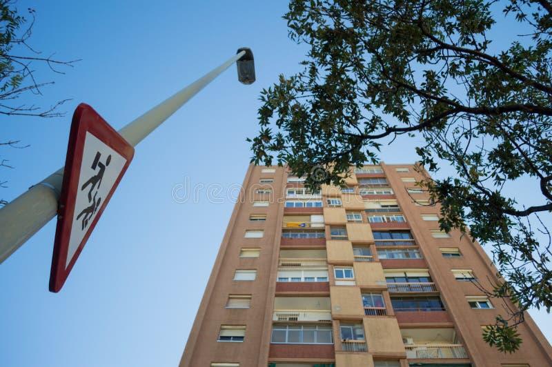 O sinal de rua para a escola caçoa o cruzamento na vizinhança residencial fotografia de stock royalty free