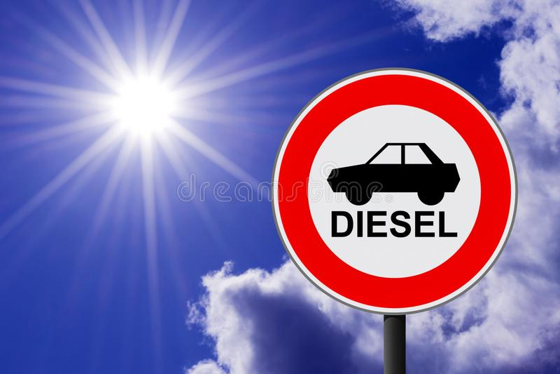 O sinal de tráfego que proibe para usar carros diesel imagens de stock royalty free