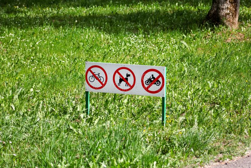 O sinal de tráfego/sinais ou o símbolo de nenhuns cães de estimação desperdício, bicicleta e motocicletas não são permitidos no p foto de stock royalty free