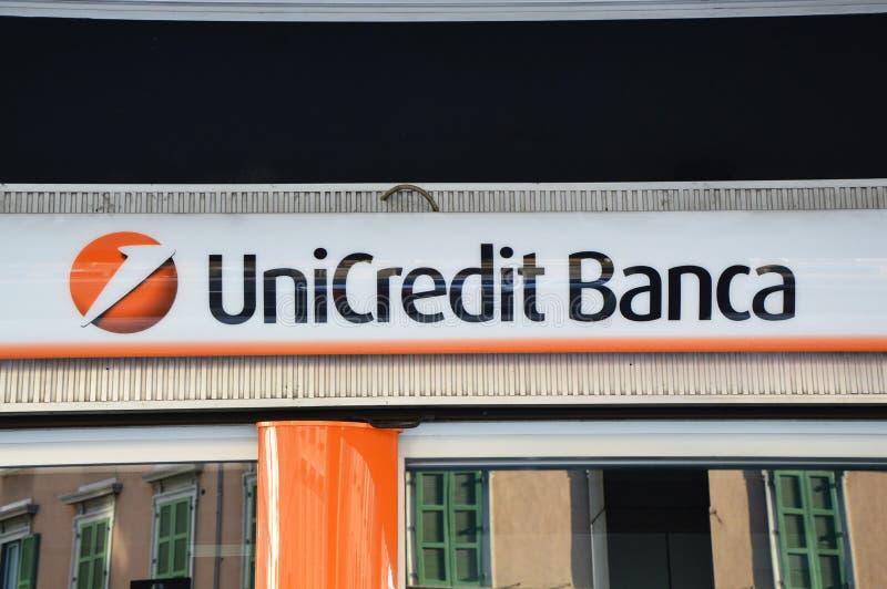 O sinal do banco de UniCredit, é uma empresa da operação bancária global italiana e de serviços financeiros Sua rede mede 50 merc fotos de stock royalty free