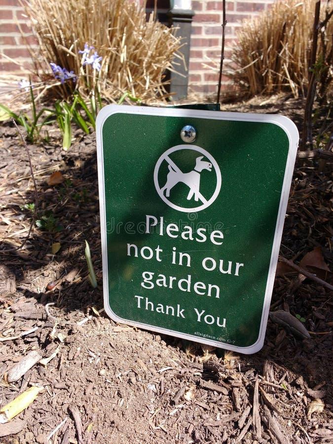 O sinal do cão, limita seu cão, por favor não em nosso jardim imagens de stock royalty free