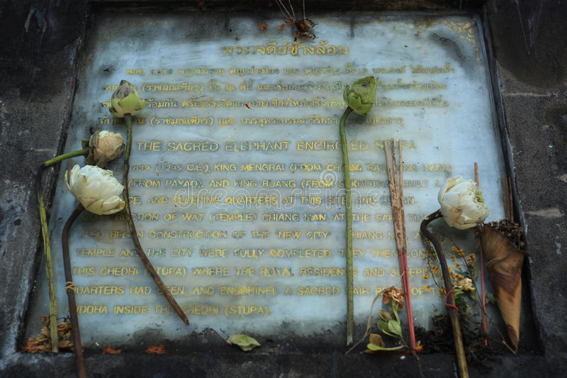 O sinal do elefante sagrado cercou o stupa em Wat Chiangman dentro imagem de stock