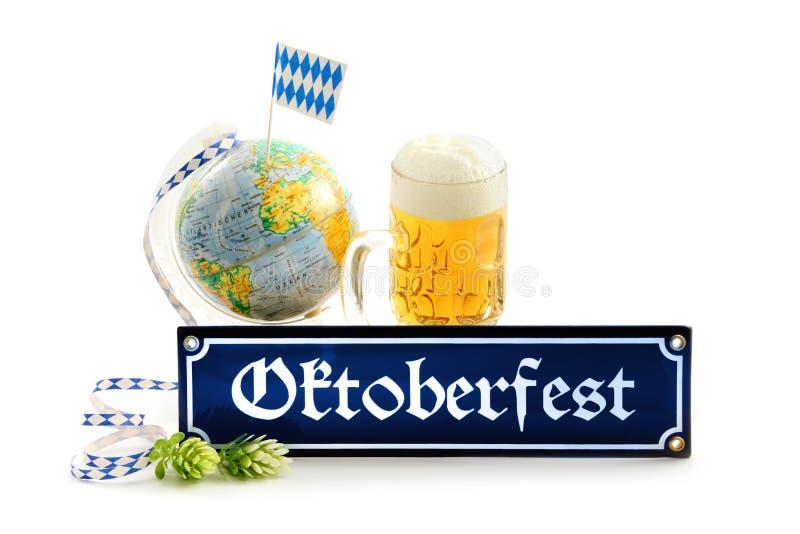 O sinal do metal de Oktoberfest com artigos gosta do globo da caneca de cerveja com bavar foto de stock royalty free