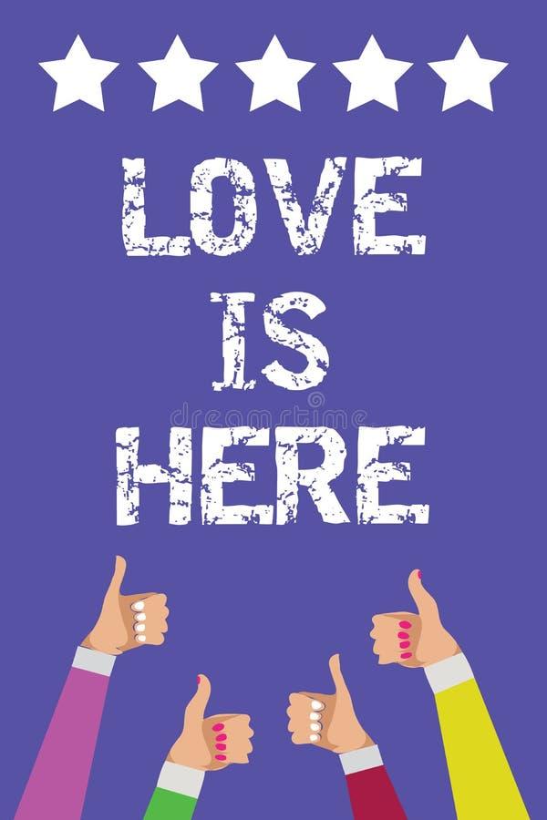 O sinal do texto que mostra o amor está aqui As mulheres positivas de Joy Men do cuidado da expressão da emoção bonita romântica  imagens de stock royalty free