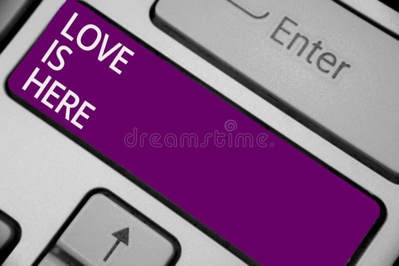 O sinal do texto que mostra o amor está aqui Chave positiva do roxo de Joy Keyboard do cuidado da expressão da emoção bonita româ imagem de stock royalty free