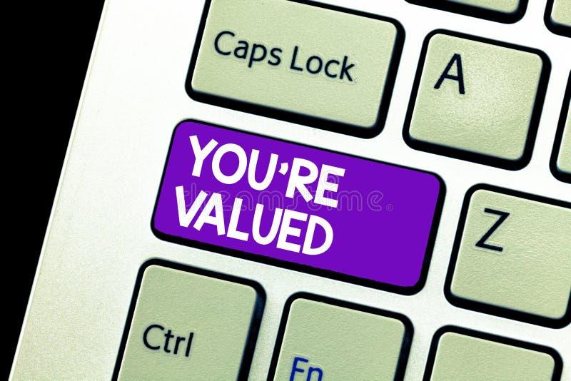 O sinal do texto que mostra o com referência a é avaliado Sentido conceptual da foto do valor na posse do trabalho um lugar na so fotos de stock