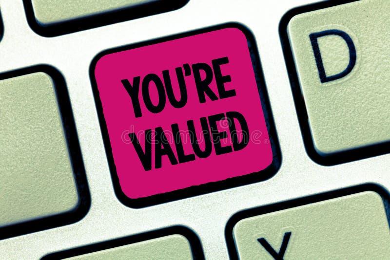O sinal do texto que mostra o com referência a é avaliado Sentido conceptual da foto do valor na posse do trabalho um lugar na so foto de stock