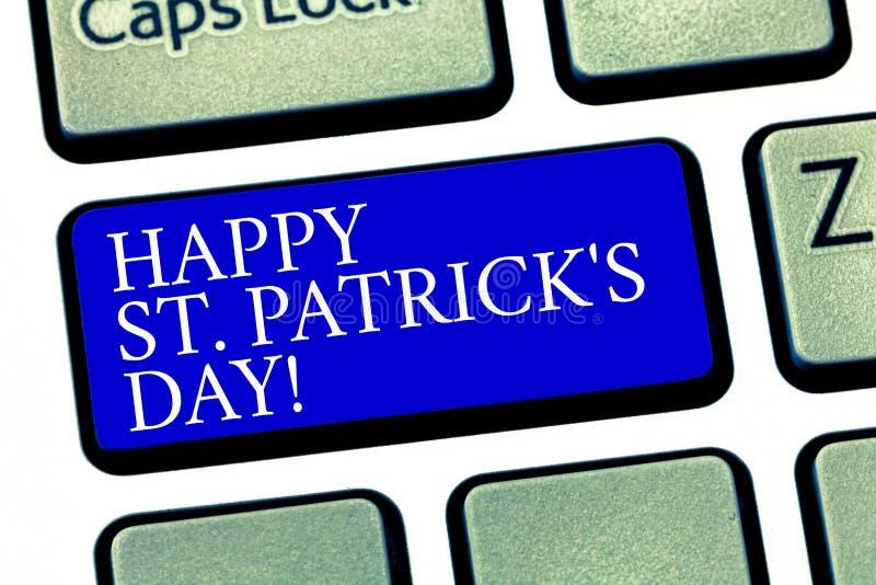 O sinal do texto que mostra St Patrick feliz S é dia Encantos afortunados e trevos do verde conceptual da celebração da Irlanda d ilustração do vetor