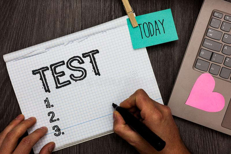 O sinal do texto que mostra a teste a foto conceptual procedimento sistemático acadêmico avalia a nomeação da proficiência da dur imagem de stock