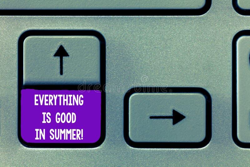 O sinal do texto que mostra tudo é bom no verão Boas vibrações da felicidade conceptual da foto na chave de teclado ensolarada da fotografia de stock royalty free