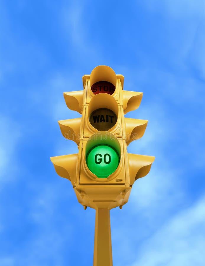 O sinal do vintage com verde VAI luz no fundo do céu azul fotografia de stock