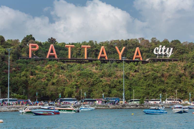 O sinal famoso da cidade de Pattaya no monte na baía de Pattaya com barcos commerical e barcos da velocidade fotografia de stock royalty free