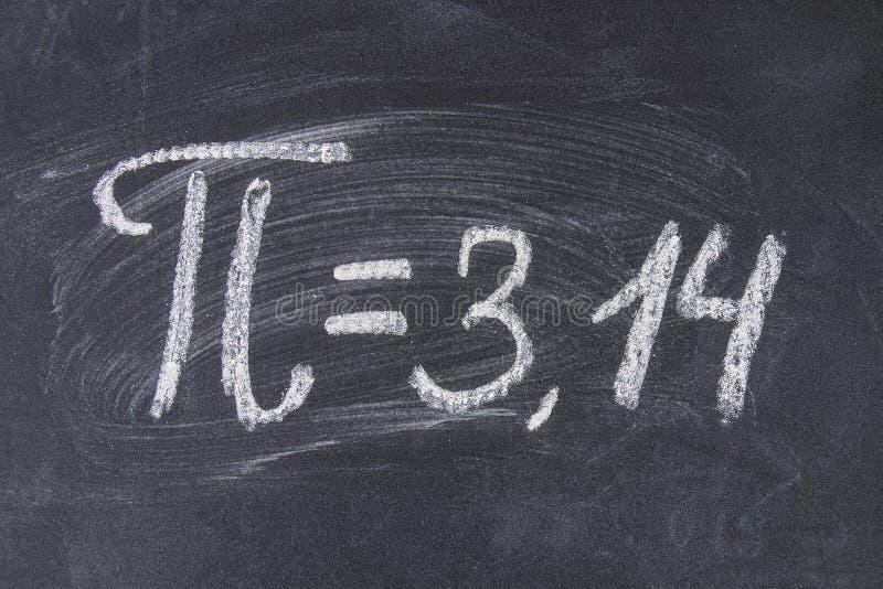 O sinal matemático ou o símbolo para o pi em um quadro-negro imagens de stock