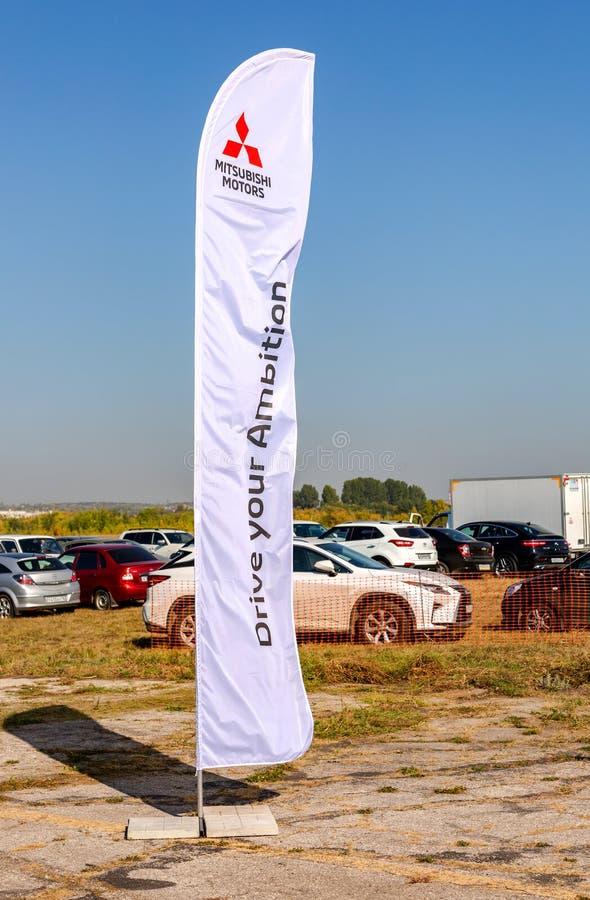 O sinal oficial Mitsubishi do negócio viaja de automóvel contra um céu azul imagens de stock royalty free