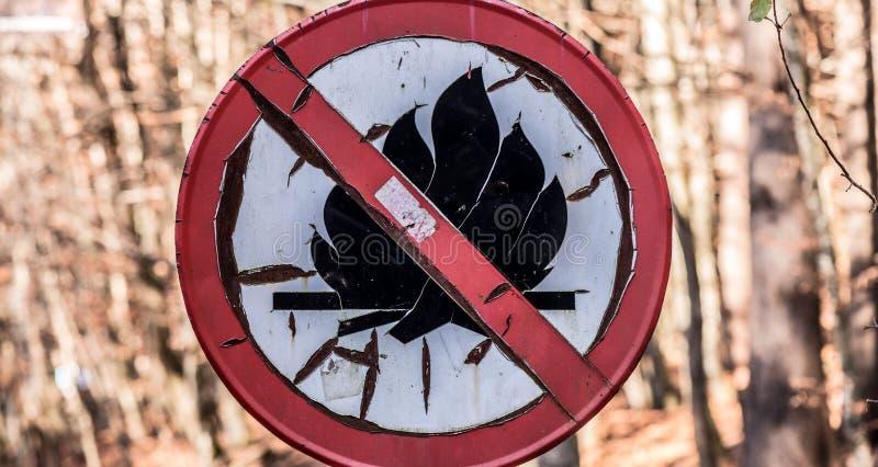 O sinal ou o símbolo oxidado velho nenhuma fogueira, não iluminam um fogo imagem de stock royalty free