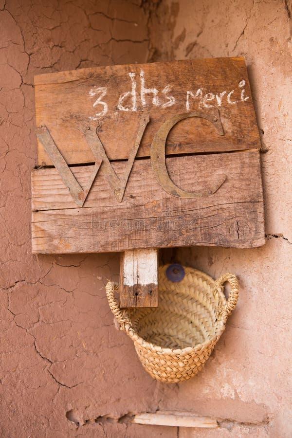 O sinal para o toalete em Marrocos em AIT-ben-Haddou fotografia de stock royalty free