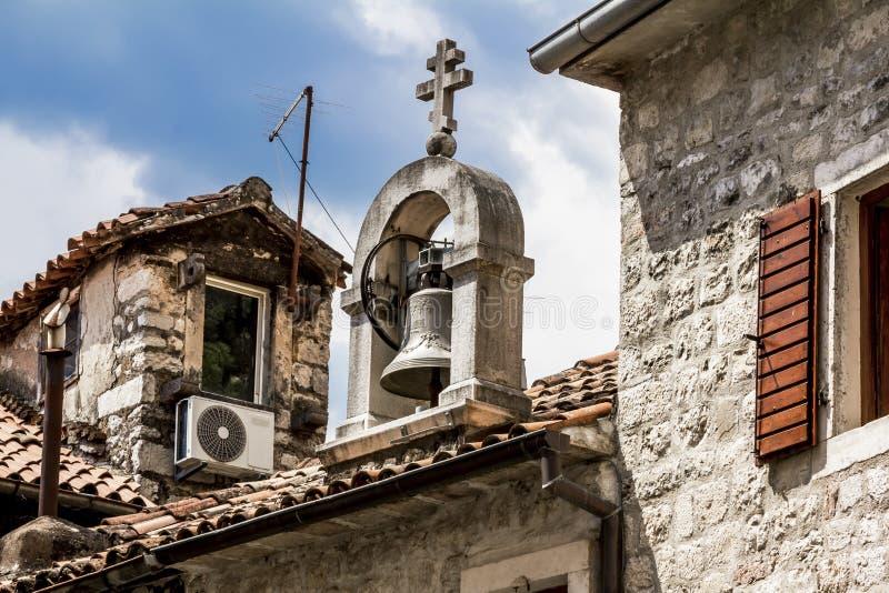 O sino no telhado na cidade velha de Kotor imagem de stock