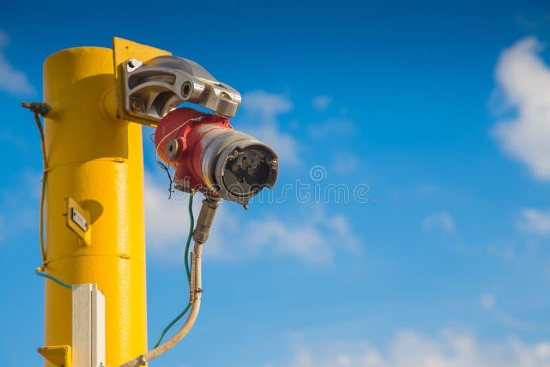 O sistema de detecção do fogo e do gás na plataforma de petróleo e gás, instalação petroquímica para detecta a chama e o sinal de fotografia de stock