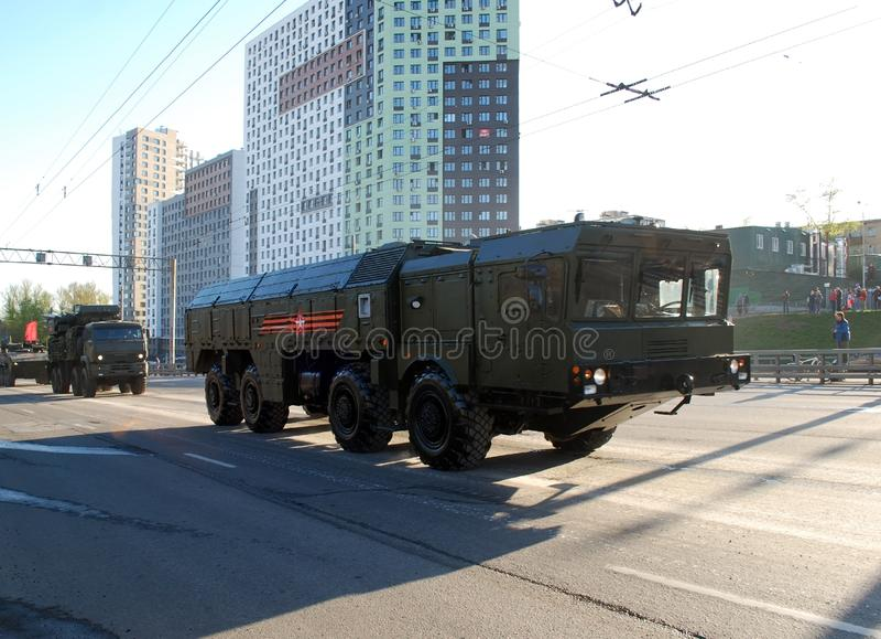 O sistema de mísseis adiante operacional e tático de OTRK 'Iskander M 'vai, e atrás dele o Armour-C1 vai fotos de stock