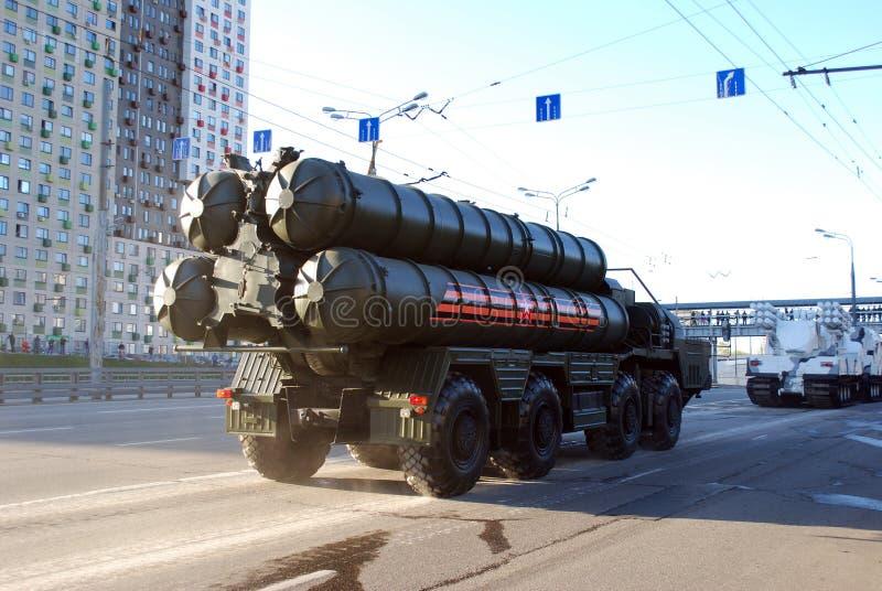 O sistema de mísseis soviético do míssil terra-ar S-300 do russo vai na rua de Narodnogo Opolcheniya fotografia de stock