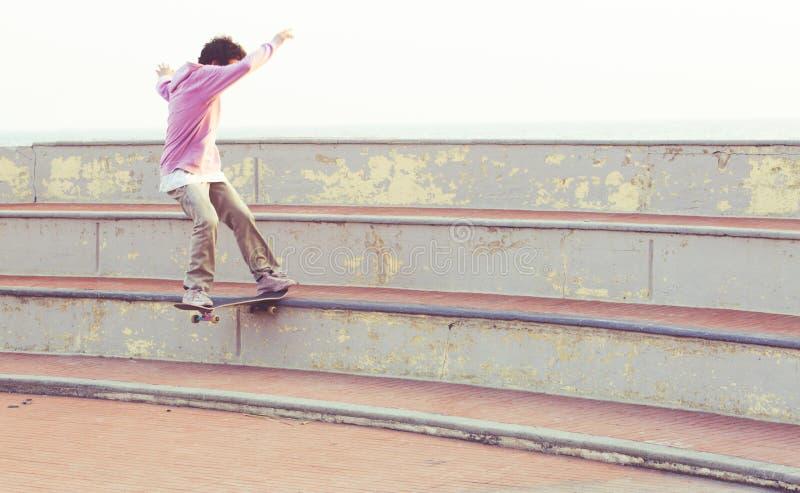 O skater faz uma corrediça da cauda imagens de stock