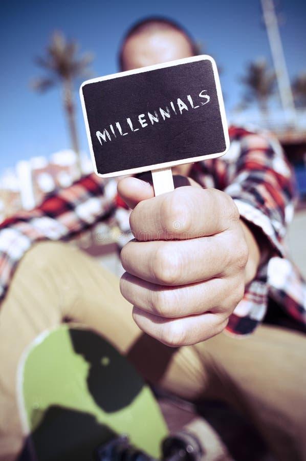 O skater mostra um quadro indicador com os millennials do texto imagens de stock royalty free