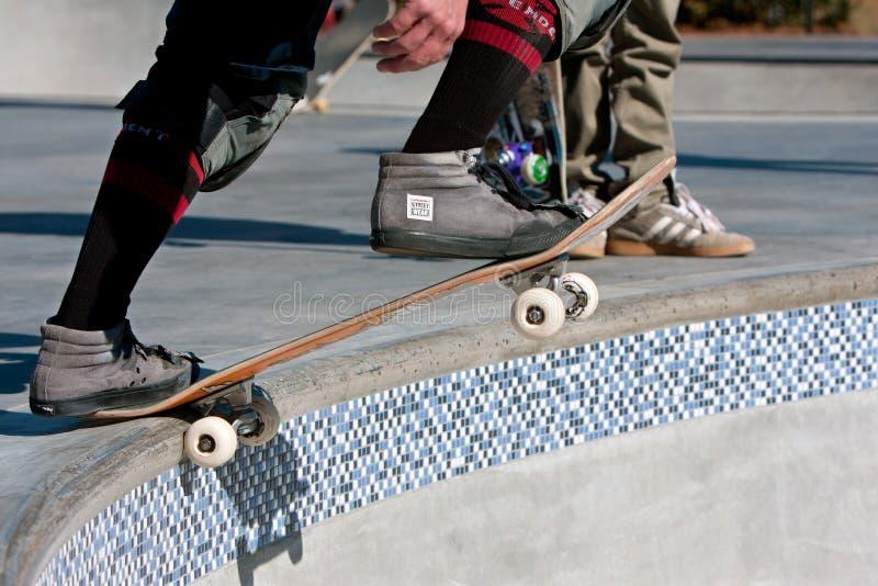 O skater prepara-se para deixar cair dentro para a corrida na bacia grande fotos de stock