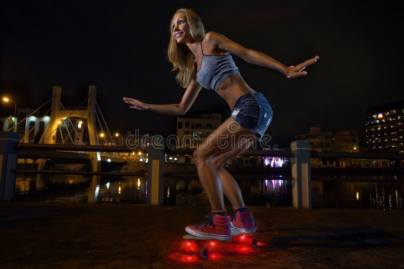 O skater salta na noite imagens de stock royalty free