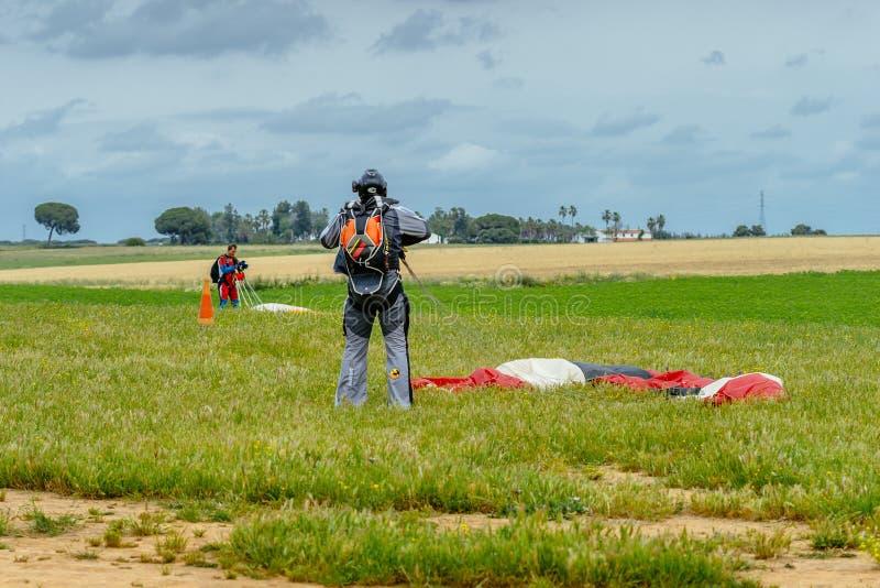O Skydiver desata seu paraquedas após a aterrissagem foto de stock royalty free
