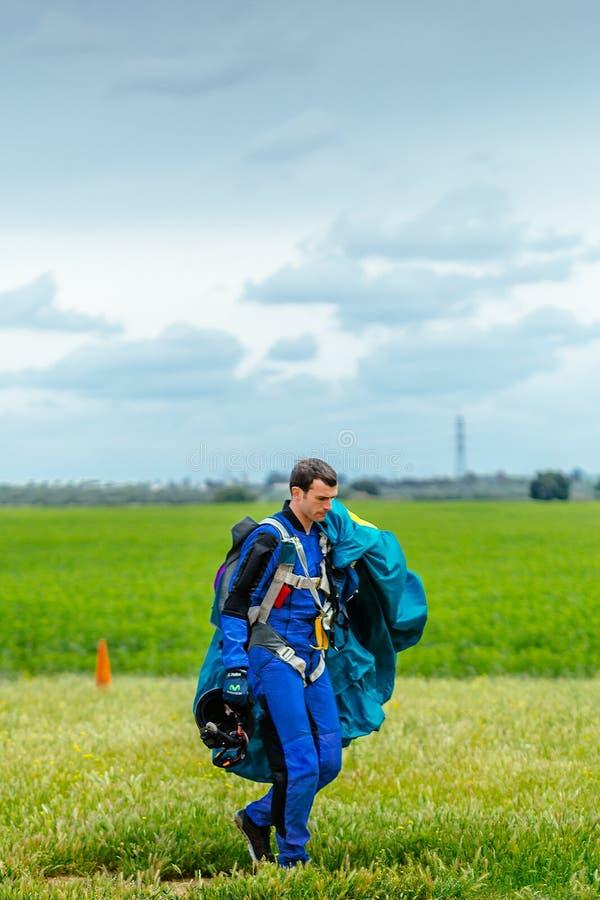 O Skydiver leva um paraquedas após a aterrissagem imagem de stock royalty free
