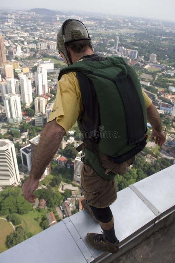 O Skydiver que salta da torre do quilolitro fotos de stock