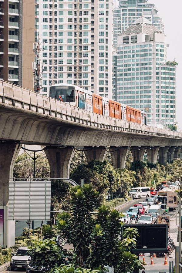 O skytrain do BTS está correndo sobre a estrada ocupada em Banguecoque, Tailândia imagem de stock royalty free