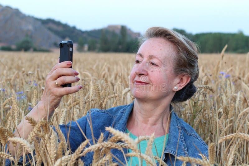 O smartphone aumentado batida app da realidade fotos de stock