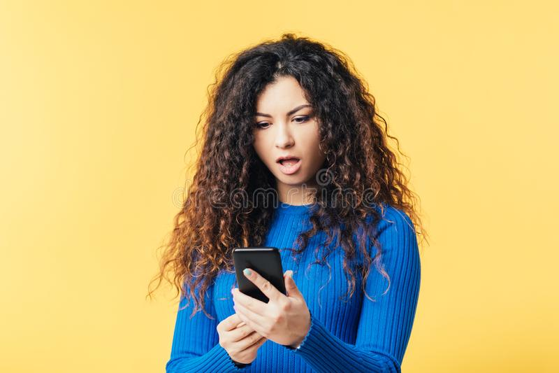 O smartphone bonito da mulher chocou o omg surpreendido fotografia de stock royalty free