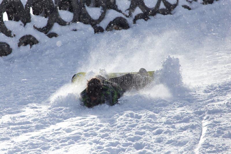 O Snowboarder caiu na neve imagens de stock
