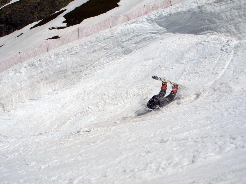 O Snowboarder caiu na neve de uma grande altura R?ssia Sochi 05 11 2019 imagens de stock