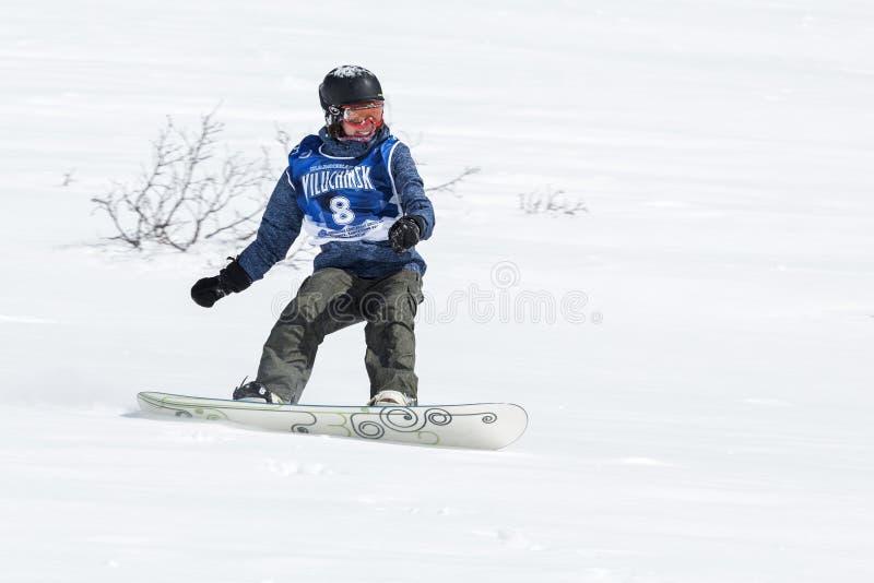 O snowboarder da menina monta montanhas íngremes Rússia, Extremo Oriente, península de Kamchatka fotografia de stock