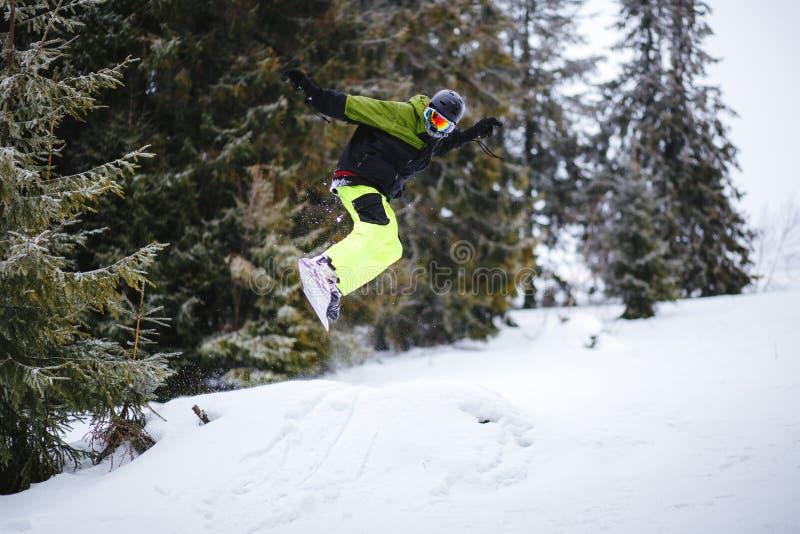 O Snowboarder faz o truque no retrocesso fotografia de stock royalty free