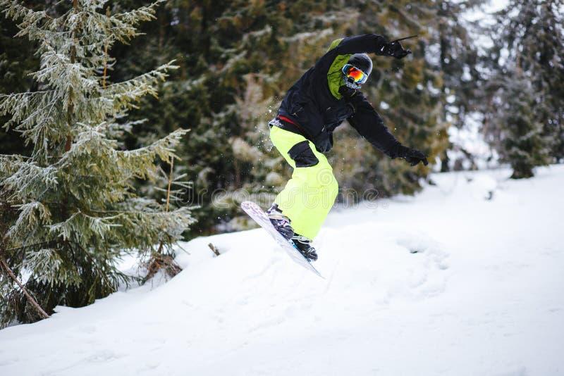 O Snowboarder faz o truque no retrocesso fotos de stock royalty free