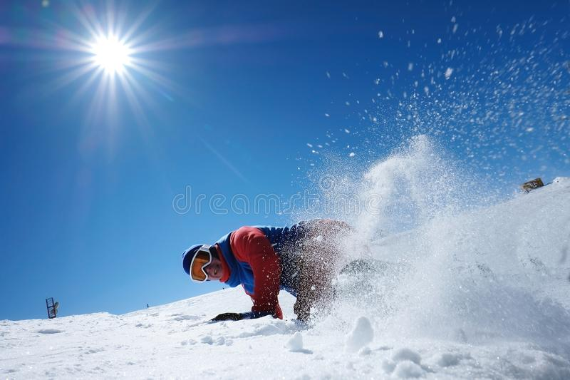 O snowboarder masculino do atleta cai na neve foto de stock royalty free