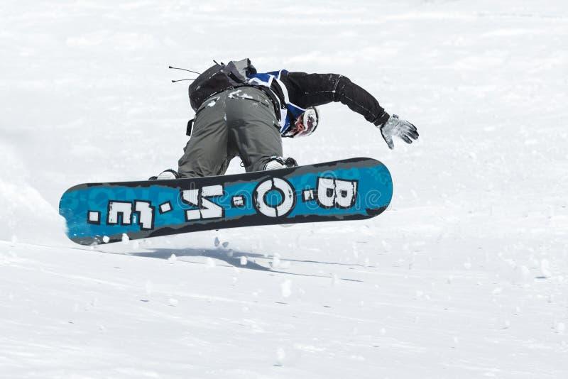 O Snowboarder monta montanhas íngremes Kamchatka, Extremo Oriente, Rússia imagem de stock