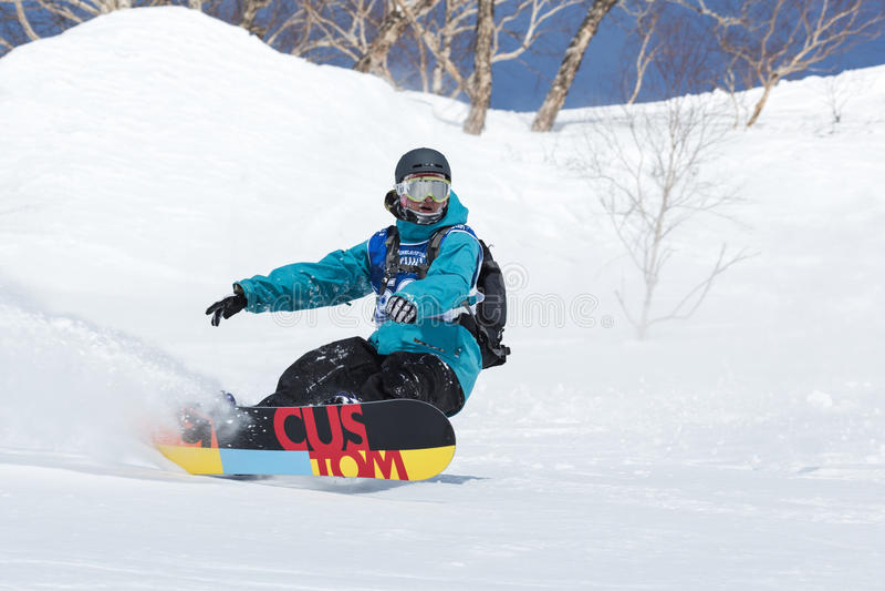 O Snowboarder monta montanhas íngremes Kamchatka, Extremo Oriente, Rússia foto de stock