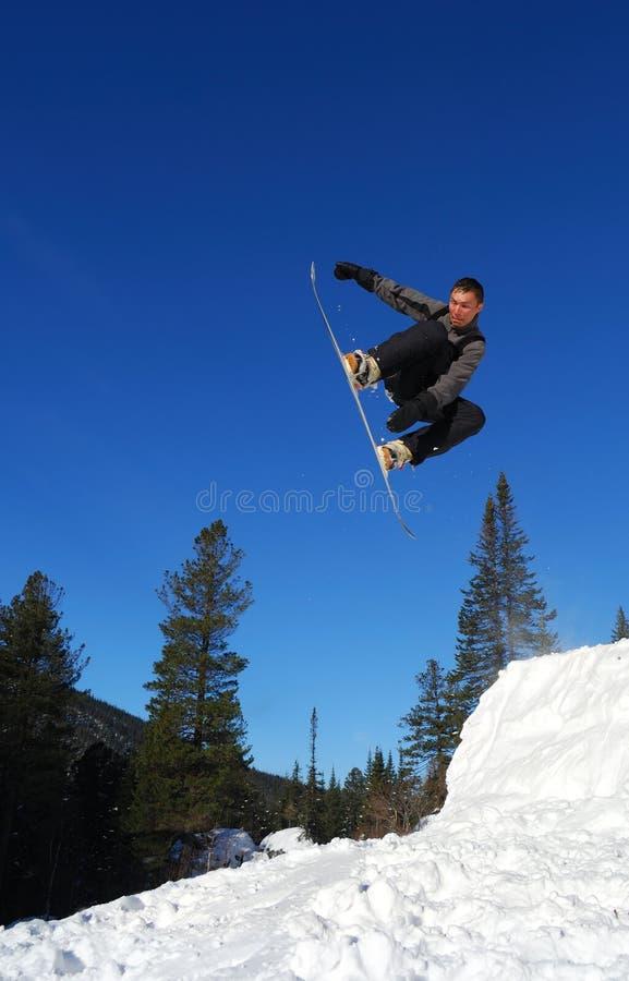 O Snowboarder que salta altamente fotografia de stock