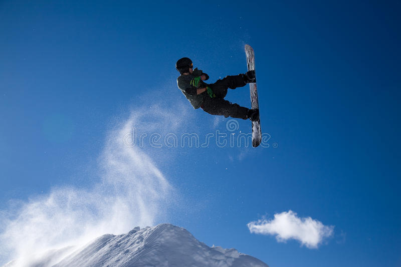 O Snowboarder salta imagem de stock