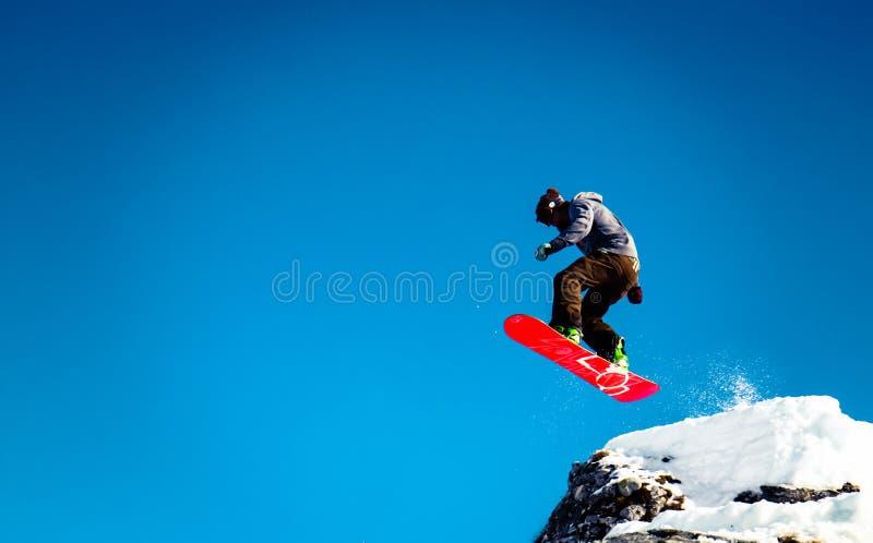 O Snowboarder salta imagens de stock