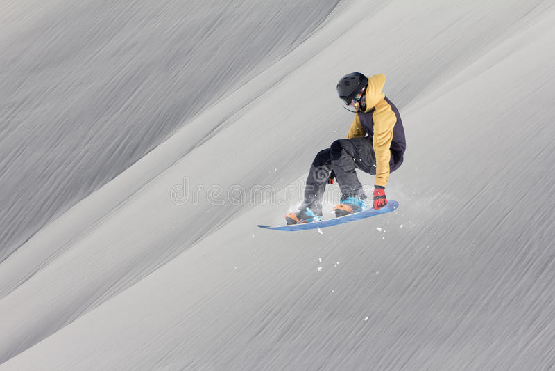 O Snowboarder salta nas montanhas, esporte do extremo do inverno fotografia de stock royalty free
