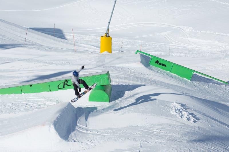 O Snowboarder salta no parque da neve imagens de stock